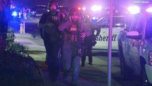 في هذه الصورة المأخوذة من مقطع فيديو يظهر عناصر الشرطة وعملاء من مكتب التحقيقات الفيدرالي في موقع هجوم إطلاق النار الذي وقع في 8 نوفمبر، 2018، في ثاوسند أوكس، كاليفورنيا. (RMG News via AP)