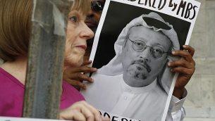 متظاهرون يرفعون لافتاتا خلال مظاهرة أمام السفارة السعودية احتجاجا على اختفاء الصحافي السعودي جمال خاشقجي، في العاصمة الأمريكية واشنطن، 10 أكتوبر، 2018. (AP Photo/Jacquelyn Martin, File)