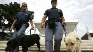 صورة توضيحية، خبراء متفجرات في الشرطة الايطالية في كاغلياري، سردينيا، 6 سبتمبر 2008 (AP/Pier Paolo Cito)