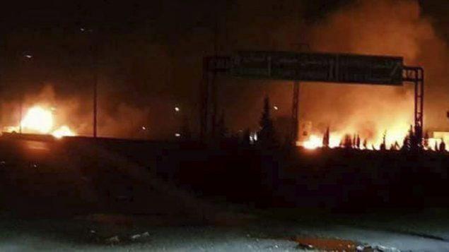 صورة توضيحية: صورة اصدرتها وكالة سانا السورية الرسمية للانباء في 9 مايو 2018، تظهر النيران تتصاعد في اهقال هجوم في منطقة تحوي العديد من القواعد العسكرية السورية، في الكسوة، جنوب دمشق (SANA via AP)