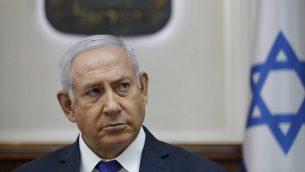 في هذه الصورة من 7 أكتوبر 2018، يحضر رئيس الوزراء بنيامين نتنياهو الاجتماع الأسبوعي لمجلس الوزراء في مكتبه في القدس. (Abir Sultan/Pool via AP, File)