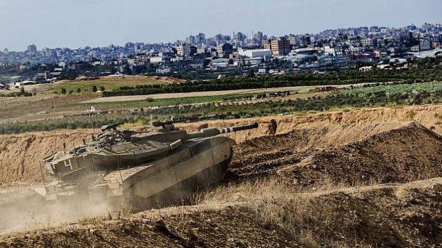 دبابة إسرائيلية تتخذ موقعا على حدود قطاع غزة، 27 أكتوبر 2018 (AP/Tsafrir Abayov)