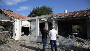 مسؤولون يقّدرون حجم الأضرار لمنزل بعد إصابته بصاروخ أطلقه مسلحون فلسطينيون من قطاع غزة، في مدينة أشكلون في جنوب إسرائيل، الثلاثاء، 13 نوفمبر، 2018.  (AP Photo/Ariel Schalit)