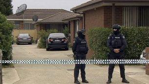 توضيحية: في هذه اللقطة من فيديو، تقف الشرطة في حراسة خارج ممتلكات مداهمة مرتبطة بهجوم إرهابي فاشل، الثلاثاء 20 نوفمبر 2018، في ملبورن، أستراليا. ووجهت اتهامات لثلاثة رجال ملهمين بتنظيم الدولة الإسلامية بالتخطيط لهجوم واسع النطاق في مدينة ملبورن ثاني أكبر المدن الاسترالية. (ABC via AP)
