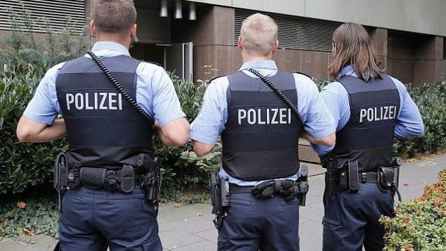توضيحية: ضباط شرطة ألمان في حراسة خارج المحكمة الإقليمية في فرانكفورت، ألمانيا، 15 سبتمبر 2014. (Michael Probst / AP)