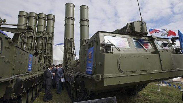 في هذه الصورة التوضيحية التي تم التقاطها في 27 أغسطس، 2013، منظومة الدفاع الجوي 'اس-300' معروضة في افتتاح 'معرض ماكس الدولي للطيران' في جوكوفسكي، خارج العاصمة الروسية موسكو.  (AP Photo/Ivan Sekretarev, File)
