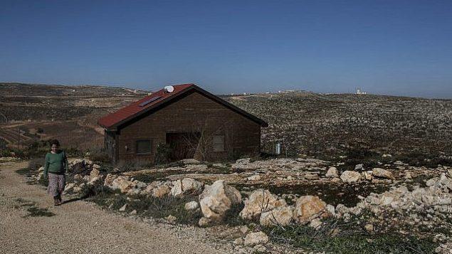 عينبال زيف تسير بالقرب من  دار الضيافة الخاص بها الذي وضعت إعلانا له على موقع Airbnb في مستوطنة نوفي برات في الضفة الغربية، 17 يناير، 2016.  (AP/Tsafrir Abayo)