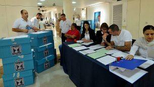 صناديق الاقتراع المليئة بالأصوات من الانتخابات البلدية على المستوى الوطني يتم إحضارها إلى مقر اللجنة المركزية للعد، 22 أكتوبر 2013. (Yossi Zeliger/FLASH90)
