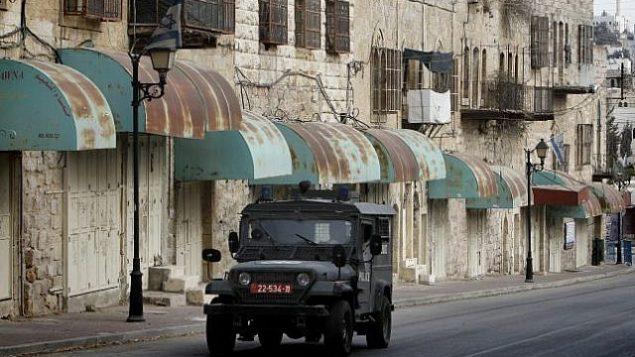 صورة توضيحية لمركبة عسكرية إسرائيلية في الخليل، 7 نوفمبر، 2013.  (Miriam Alster/Flash90)