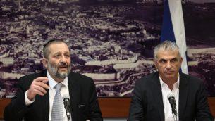 وزير املالية موشيه كحلون ووزيرا لداخلية ارييه درعي في القدس، 27 ديسمبر 2015 (Flash90)
