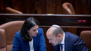وزير التربية والتعليم نفتالي بينيت، من اليمين، مع وزيرة العدل أيبليت شاكيد، في قاعة الكنيست، 16 نوفمبر، 2016.  (Yonatan Sindel/ Flash90)