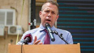 وزير الأمن العام غلعاد إردان يتحدث في حفل افتتاح محطة شرطة جديدة في مدينة طيرة الكرمل في شمال إسرائيل، 22 مايو، 2018.  (Meir Vaknin/Flash90)