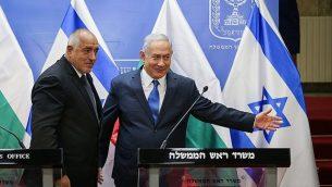 رئيس الوزراء بينيامين نتنياهو يعقد مؤتمرا صحفيا مع نظيره البلغاري، بويكو بوريسوف، في مكتبه في القدس، 5 سبتمبر، 2018.  (Amit Shabi/Pool/Flash90)