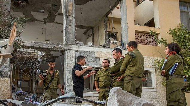الميجر جنرال هرتسي هاليفي (وسط الصورة)، وقائد المنطقة الجنوبية في الجيش الإسرائيلي، يزوران منزلا في بئر السبع دُمر جراء سقوط صاروخ من قطاع غزة في 17 أكتوبر، 2018. (Flash90)