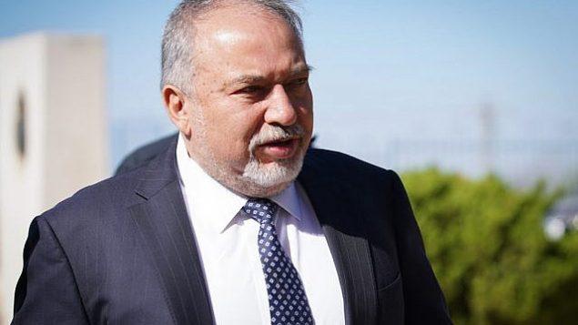 وزير الدفاع أفيغدور ليبرمان يدلي بصوته في الإنتخابات المحلية، في أريئيل، 30 أكتوبر، 2018. (Hillel Maeir/Flash90)