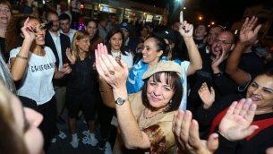 رئيسة بلدية بيت شيمش الجديد عاليزا  بلوخ مع مناصريها بعد الإعلان عن نتائج الإنتخابات المحلية في 1 نوفمبر، 2018. (Yaakov Lederman/Flash90)