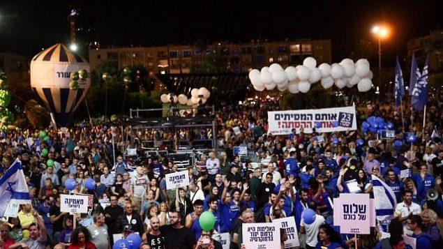 مشاركون في تظاهرة لإحياء مرور 23 عاما على اغتيال رئيس الوزراء يتسحاق رابين، في 'ميدان رابين' في تل أبيب، 3 نوفمبر، 2018. (Miriam Alster/Flash90)