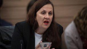 نائبة المستشار القانوني للحكومة دينا زيلبر تتحدث خلال جلسة للجنة التربية والتعليم والثقافة والرياضة في الكنيست، 6 نوفمبر، 2018.   (Hadas Parush/Flash90)