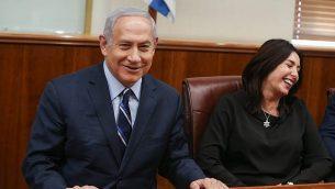 رئيس الوزراء بنيامين نتنياهو (إلى اليسار) ووزيرة الثقافة ميري ريغيف يجتمعان مع الفائزين الإسرائيليين في بطولة الجودو في أبو ظبي، في مكتب رئيس الوزراء في القدس، في 8 نوفمبر 2018. (Alex Kolomoisky / Yedioth Ahronoth / Pool) / Flash90)