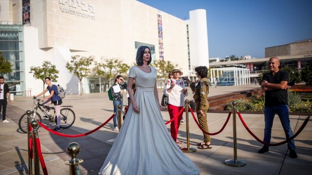 تمثال لوزيرة الثقافة ميري ريغيف في ساحة 'هابيما' في تل ابيب، 8 نوفمبر 2018 (Miriam Alster/Flash90)