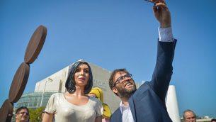 عضو الكنيست أورن حزان يقوم بإلتقاط صورة 'سلفي' مع تمثال لوزيرة الثقافة الإسرائيلية ميري ريغيف في ميدان 'هابيما' في تل أبيب، 8 نوفمبر، 2018.  Yossi Zeliger/Flash90)