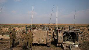 قوات الجيش الإسرائيلي تحتشد بالقرب من الحدود مع غزة في جنوب إسرائيل في 13 نوفمبر، 2018.  (Hadas Parush/Flash90)