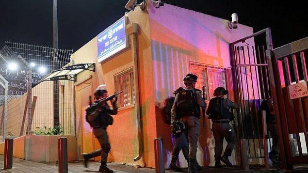 عناصر من شرطة حرس الحدود في موقع هجوم طعن في محطة للشرطة في حي أرمون هنتسيف في القدس، 14 نوفمبر، 2018. (Hadas Parush/Flash90)