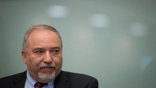 وزير الدفاع أفيغدور ليبرمان يعلن استقالته من منصبه في أعقاب وقف إطلاق النار مع حركة 'حماس' في قطاع غزة، خلال مؤتمر صحفي في البرلمان الإسرائيلي، 14 نوفمبر، 2018.  (Yonatan Sindel/FLASH90)