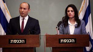 وزير التربية والتعليم نفتالي بينيت (من اليسار) ووزيرة العدل أييليت شاكيد يدليان ببيان للصحافيين في 19 نوفمبر، 2018. (Miriam Alster/Flash90)
