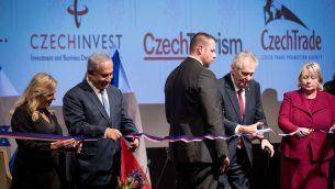 رئيس الوزراء بنيامين نتنياهو وزوجته سارة ورئيس جمهورية التشيك ميلوش زيمان يشاركون بحفل افتتاح البيت التشيكي في القدس، 27 نوفمبر 2018 (Yonatan Sindel/Flash90)