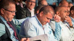 غلعاد إردان (من اليسار) وموشيه إدري (الثاني من اليسار) خلال حفل وداع للمفوض العام للشرطة المنتهية ولايته، روني الشيخ، في بيت شيمش، 29 نوفمبر، 2018. (Yonatan Sindel/Flash90)