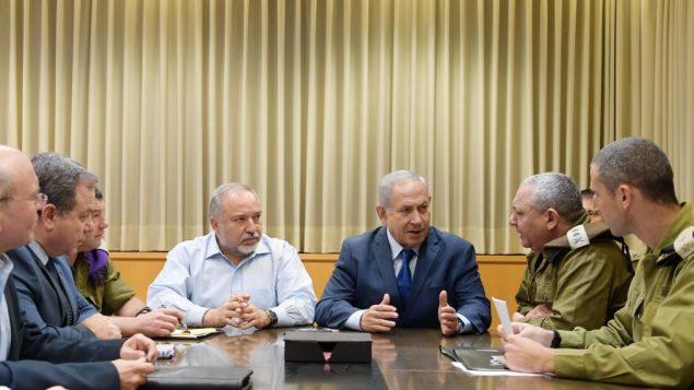 رئيس الوزراء بنيامين نتنياهو ووزير الدفاع افيغادور ليبرمان يتحدثان مع رئيس هيئة اركان الجيش غادي ايزنكوت في مقر الجيش في تل ابيب، 12 نوفمبر 2018 (Amos Ben Gershom)
