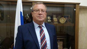 السفير الروسي في إسرائيل أناتولي فيكتوروف في السفارة الروسية في تل أبيب، نوفمبر 2019 (Raphael Ahren/TOI)