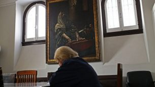 في هذه الصورة التي التقطت يوم الثلاثاء 5 مايو 2015، تقرأ امرأة يهودية كتابًا في الكنيس اليهودي الرئيسي في لشبونة. سنت البرتغال في مارس قانون يمنح الجنسية لأبناء اليهود السفارديم المنفيين خلال محاكم التفتيش قبل 500 عام. (AP Photo/Francisco Seco)