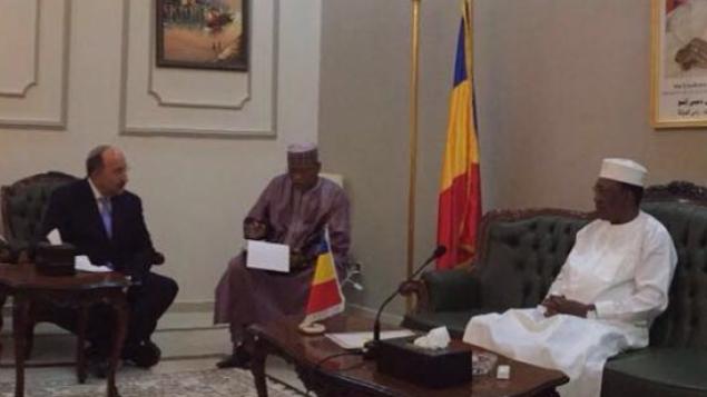 المدير العام لوزارة الخارجية دور غولد (إلى اليسار) يجتمع مع رئيس تشاد إدريس ديبي (يمين) في القصر الرئاسي في مدينة فادا، في قلب الصحراء الكبرى، 14 يوليو / تموز 2016. (Courtesy, Foreign Ministry)
