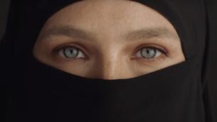بار رفائيلي تضع النقاب في حملة إعلانية لشركة ملابس تم إطلاقها في 30 أكتوبر، 2018. (لقطة شاشة: YouTube)