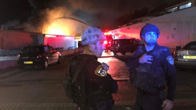 عناصر شرطة اسرائيليون امام منزل مشتعل في سديروت، جنوب اسرائيل، 12 نوفمبر 2018 (Israel Police)