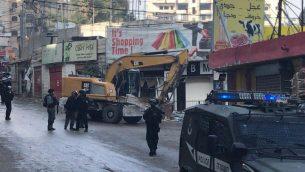 قوات الشرطة ترافق جرافات تهدم متاجر في مخيم شعفاط بالقدس الشرقية، 21 نوفمبر 2018 (Courtesy Ir Amim)