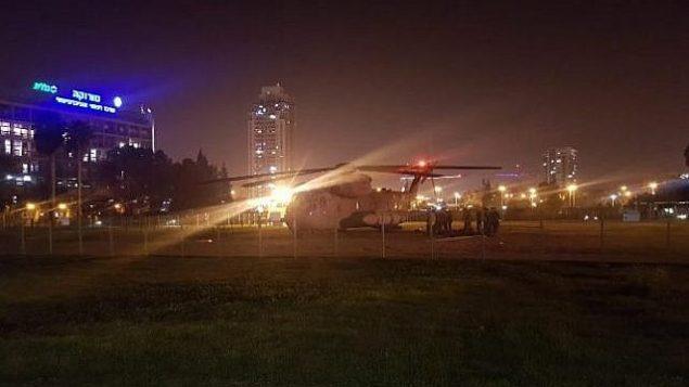 طائرة هليكوبتر تحمل جريحاً إسرائيلياً أصيب أثناء عملية في قطاع غزة خارج مركز سوروكا الطبي في بئر سبع في 11 نوفمبر / تشرين الثاني 2018. (Twitter)