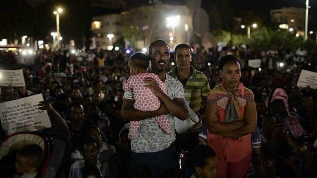 """مهاجرون أفارقة يشاركون في تظاهرة ضد """"قانون الإيداع"""" في تل أبيب في 10 يونيو، 2017.  (Tomer Neuberg/Flash90)"""