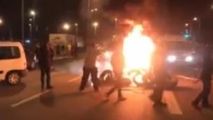 متظاهرون يحرقون غطارات عند مدخل مدينة سديروت في جنوب إسرائيل، 13 نوفمبر، 2018. (Hadashot screenshot)
