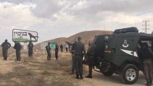 الشرطة في ساحة اصابة سيدة فلسطينية برصاص قوات امن اسرائيليين بعد محاولتها طعنهم بمقص، بالقرب من مستوطنة ميشور ادوميم في الضفة الغربية، 6 نوفمبر 2018 (Israel Police)