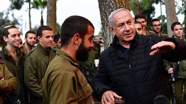 رئيس الوزراء بينيامين نتنياهو (من اليمين) يقوم بجولة على الحدود الشمالية للإطلاع على عمليات الجيش الإسرائيلي للكشف عن أنفاق 'حزب الله' الهجومية في 11 ديسمبر، 2018.  (Kobi Gideon/GPO)