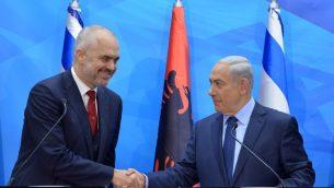 رئيس الوزراء بنيامين نتنياهو مع نظيره الالباني ايدي راما قبل اجتماع في القدس عام 2015 (Kobi Gideon/GPO)