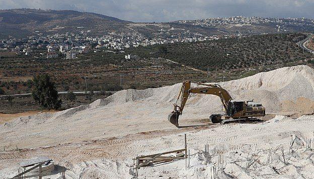 جرافة في موقع بناء في مستوطنة عاميخاي بالضفة الغربية، 7 سبتمبر 2018 (AFP PHOTO / THOMAS COEX)
