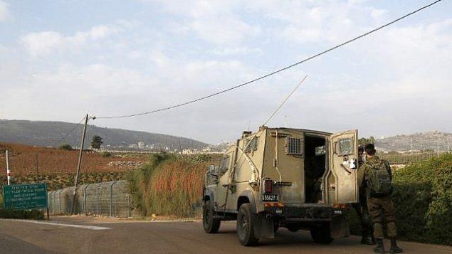 صورة التقطت في 4 ديسمبر 2018 بالقرب من بلدة المطلة في شمال اسرائيل تظهر جنود اسرائيليون بجانب مركبة عسكرية بالقرب من الحدود مع لبنان (JALAA MAREY / AFP)