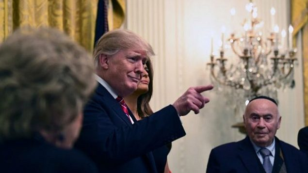 الرئيس الأمريكي دونالد ترامب والسيدة الأولى ميلانيا ترامب يحضران حفل حانوكا مع ناجين من المحرقة في الغرفة الشرقية للبيت الأبيض في 6 ديسمبر، 2018 في واشنطن العاصمة. (Brendan Smialowski / AFP)