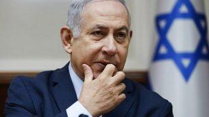 رئيس الوزراء بينيامين نتنياهو يشارك في الجلسة الأسبوعية للحكومة في مكتب رئيس الوزراء في القدس، 9 ديسمبر، 2018. (Oded Balilty / POOL / AFP)