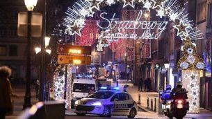 مركبة تابعة للشرطة في شوارع ستراسبورغ، في شرق فرنسا، بعد هجوم إطلاق نار، 11 ديسمبر، 2018. (Frederick FLORIN / AFP)