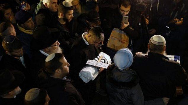 أقارب عميحاي وشيرا إيش-ران يشاركون في جنازة طفلهما، الذي ولد قبل الأوان بعد أن أصيبت والدته في هجوم إطلاق نار وقع خارج مستوطنة عوفرا في الضفة الغربية، 12 ديسمبر، 2018.  (AFP)